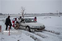 فیلم: امدادرسانی هلال احمر به گرفتاران برف در اتوبان تهران- قم